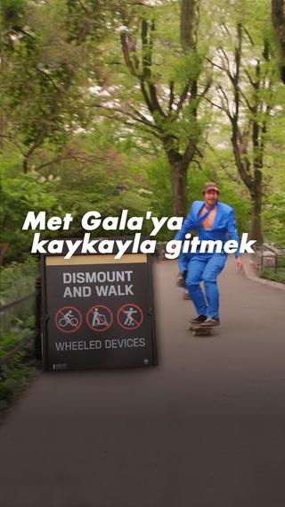 Met Gala'ya kaykayla gitmek