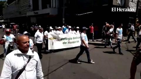 Marcha de manifestantes realizan protesta en bajos del Congreso Nacional