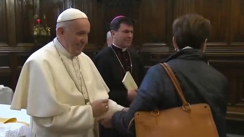 Critican al Papa Francisco por gesto a fieles