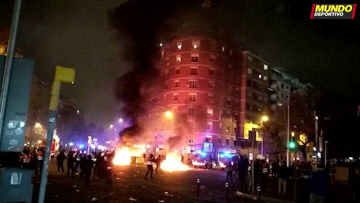 Graves altercados, barricadas y cargas policiales en los alrededores del Camp Nou