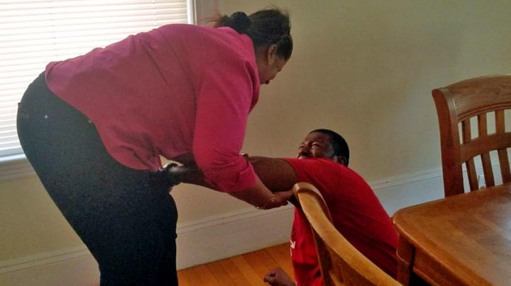 Jeffrey bryter sammen da han treffer moren for første gang på ti år