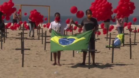 Lanzan mil globos en homenaje a los 100.000 muertos en Brasil durante la pandemia