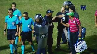 El empujón de Héctor Vargas a Policía tras el Real España-Marathón
