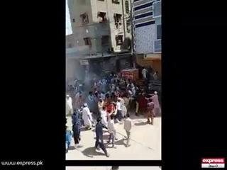 کراچی میں نماز جمعہ سے روکنے پر شہریوں کا پولیس پر تشدد