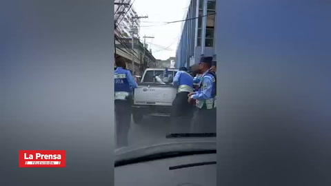 Periodista Bryan Hernández es agredido por policías en el centro de Tegucigalpa