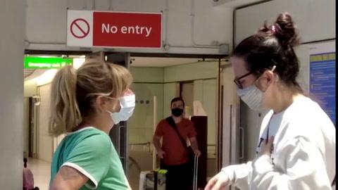 Reencuentros emocionados en aeropuerto de Londres tras un año de restricciones