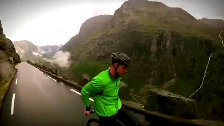 Her sykler Eskil baklengs ned Trollstigen i 80 km/t