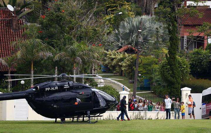 Neymar llega a la concentración de Brasil con su propio helicóptero personalizado