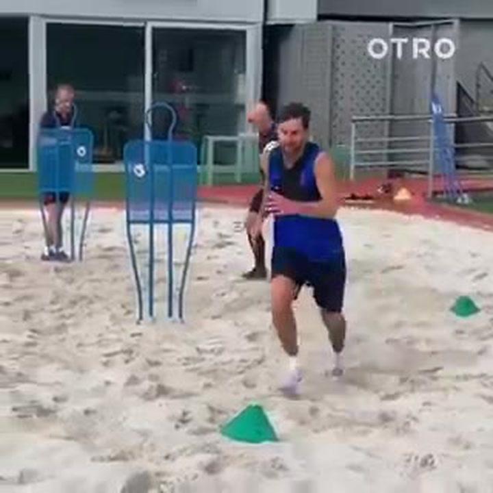 Messi se sigue probando a tope en el campo de arena