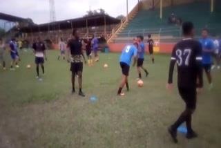 Alberth Elis entrena con los jugadores del Honduras Progreso