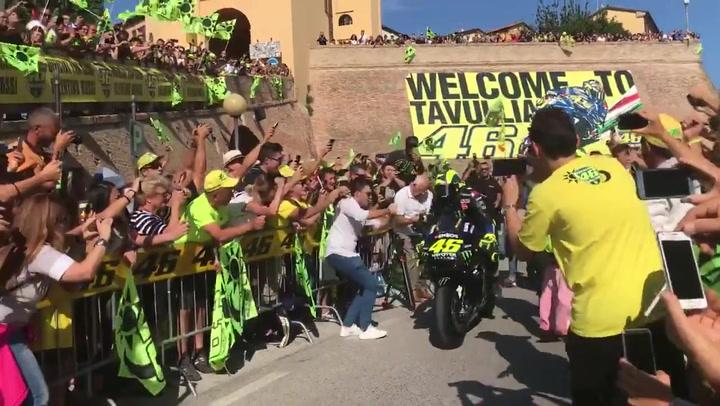 Valentino Rossi desata la locura en Tavullia