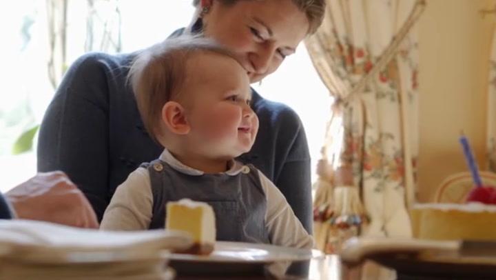 El adorable vídeo de Charles de Luxemburgo celebrando su cumpleaños ¡y relamiéndose con la tarta!