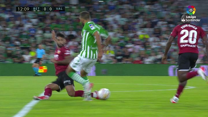 Gol de Borja Iglesias (p.) (1-0) en el Betis 4-1 Valencia