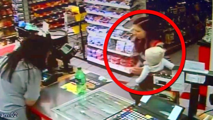 Her får kvinnen anfall med babyen på armen