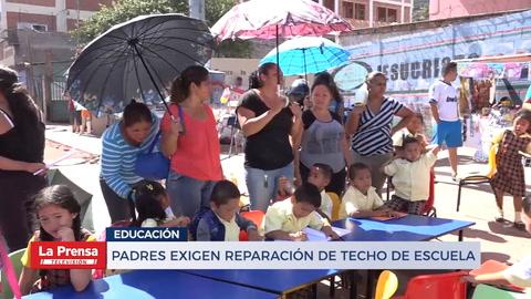 Padres exigen reparación de techo de escuela