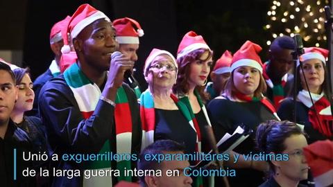 Excombatientes y víctimas reunidos en coro navideño en Colombia