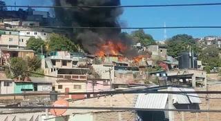 Incendio consume varias viviendas en la colonia 3 de Mayo