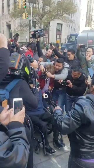 Momento en que familiares de Tony Hernández abandonan la corte