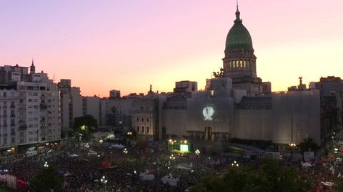Miles de mujeres de verde reclaman aborto legal en Argentina