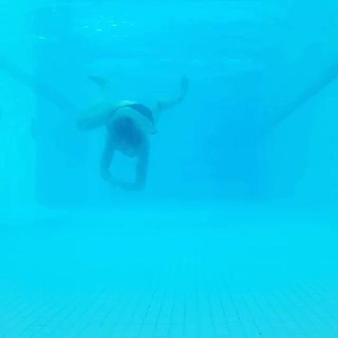 El video de Inés Estévez como una sirena libre debajo del agua
