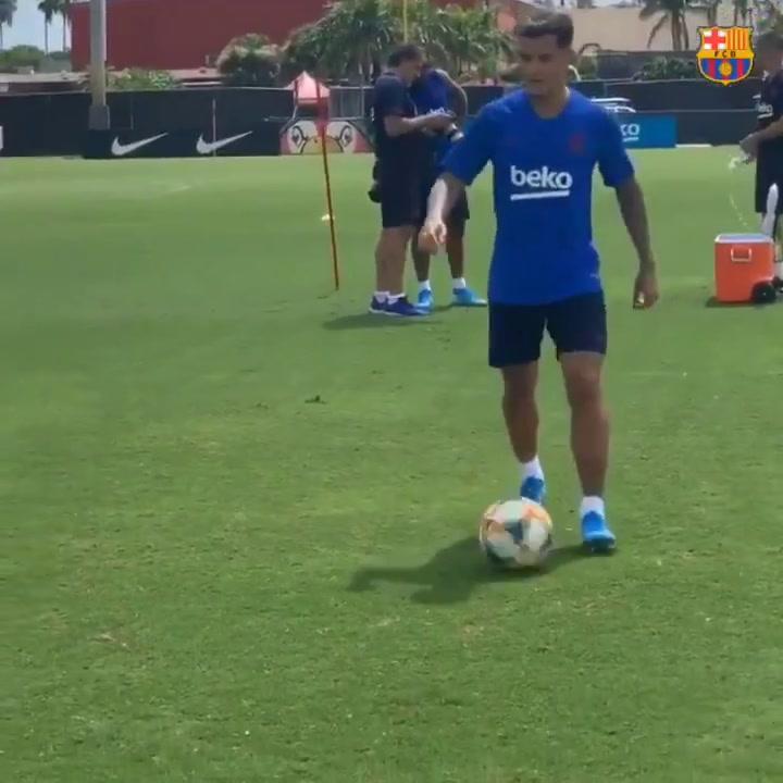 Caño de Coutinho a Arthur Melo en el entrenamiento de Miami