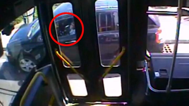 Her oppdager bussjåføren at noe er alvorlig galt