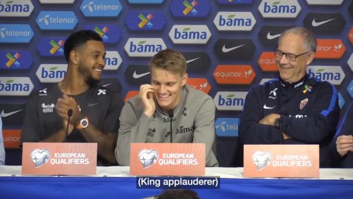 Odegaard responde en castellano y recibe el aplauso de un compañero y del seleccionador de Noruega