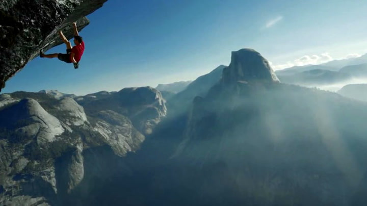 Uten sikring dingler han fra fjellheng 914 meter over bakken