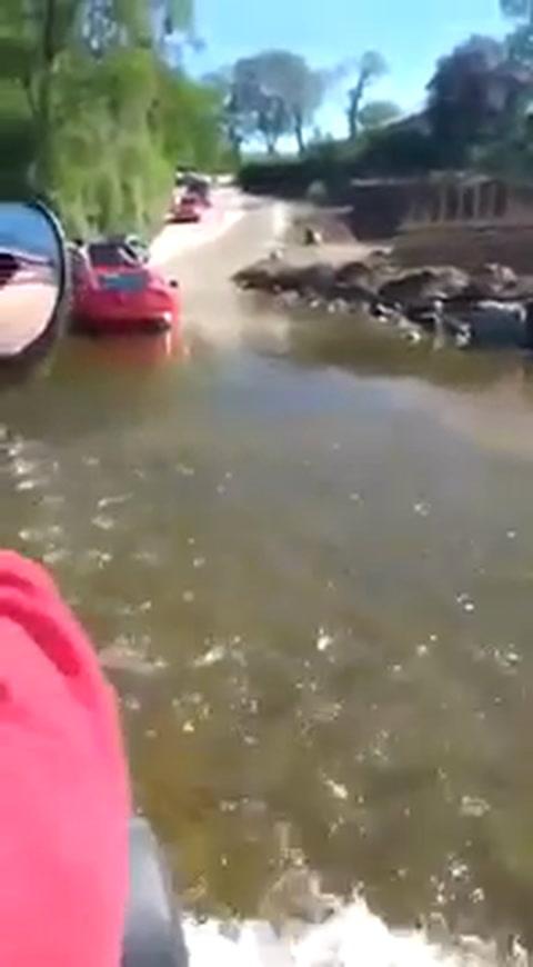 Se metió al agua en el auto más caro de Argentina y así quedó