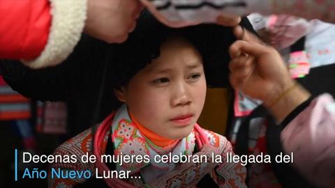 Jóvenes lucen cabellos de sus antepasados en el Año Nuevo chino