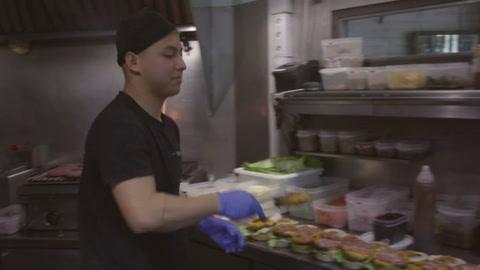 Cerrados al público, restaurantes españoles reparten comida a los hospitales