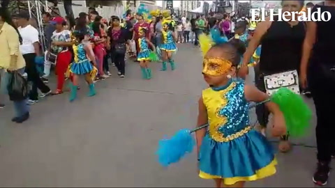 Inicia el colorido desfile en bulevar Suyapa de Tegucigalpa