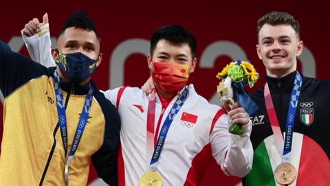 La familia del levantador de pesas colombiano Luis Mosquera celebra su medalla en Tokio-2020