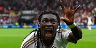 Bafétimbi Gomis asusta a niño recogepelotas tras su famosa celebración
