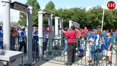 Catrachos ingresan desde temprano al Estadio BBVA para ver a la