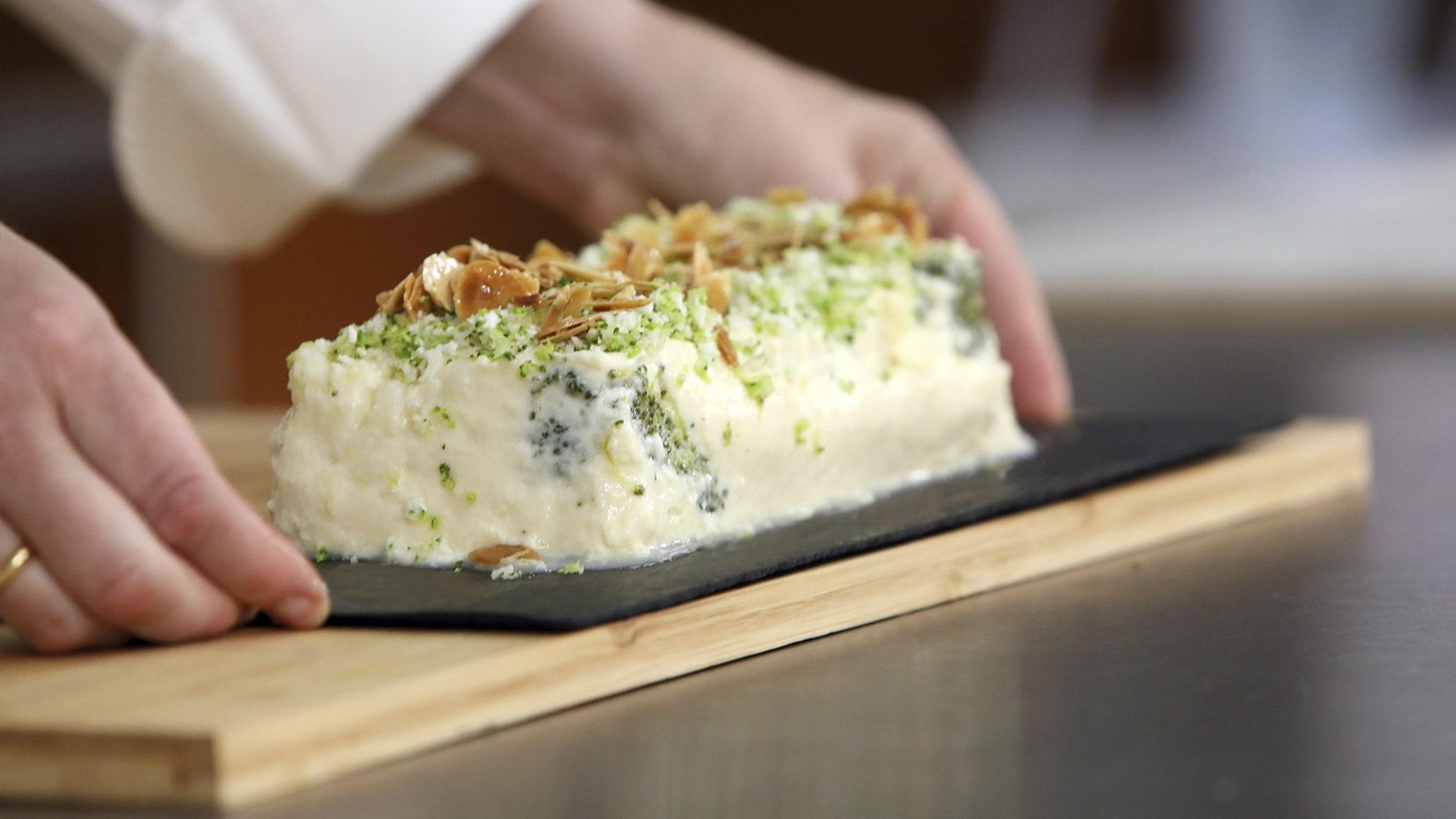 Saludable pastel ycous-cousde verduras llenos de vitaminas y minerales