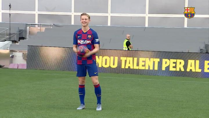 Frenkie de Jong da sus primeros toques al balón en el Camp Nou