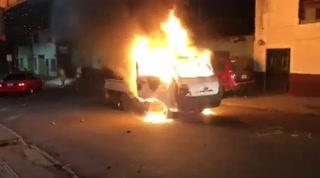 Aficionados queman automóvil de la Policía Nacional luego de que lanzaran gas lacrimógeno