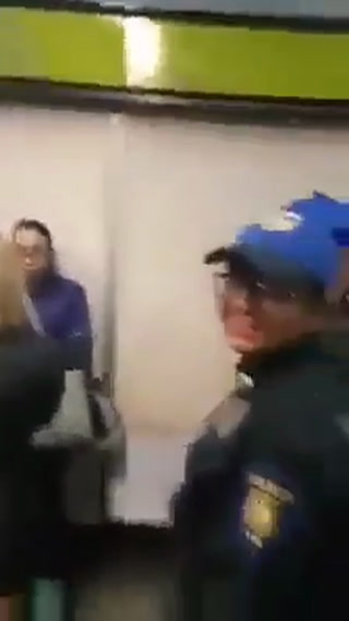 Mexicana exige a una mujer que le pague sus sandalias por pisotearla y la apodan