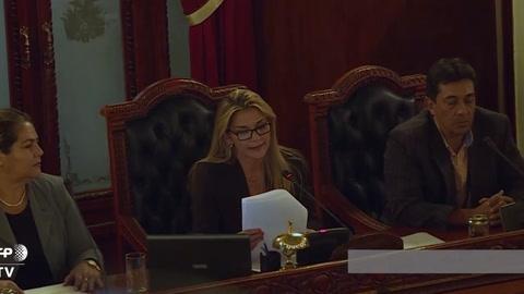Añez se proclama presidenta interina de Bolivia, Morales denuncia