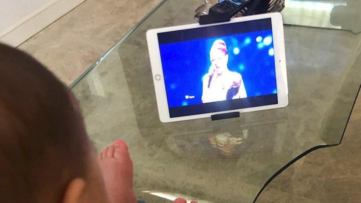 Pastora Soler revive su paso por Eurovisión con la pequeña Vega en brazos