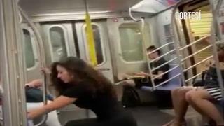 Graban a una mujer mientras se hace selfis en el metro de Nueva York