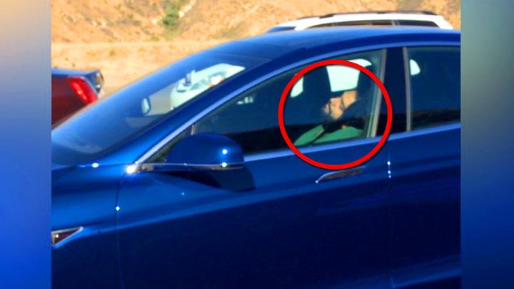 Sjåføren sover bak rattet – og bilen kjører!
