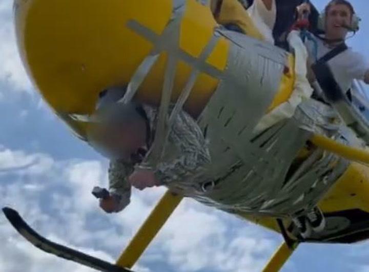 Un 'youtuber' ata a un hombre a un helicóptero con cinta de embalaje
