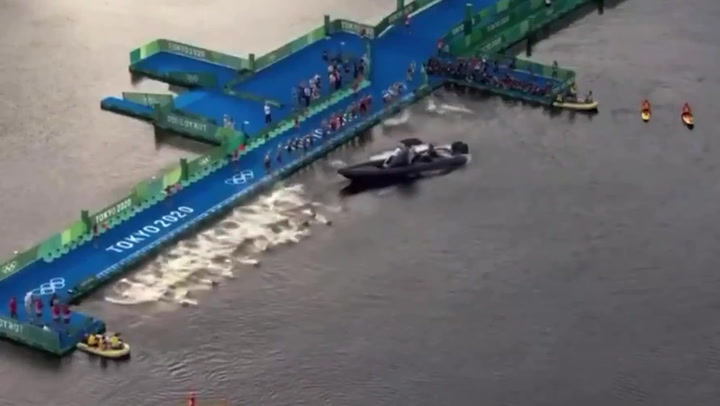 Boat blocks Olympic triathletes in disastrous moment at Tokyo 2020
