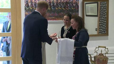 Harry y Meghan renuncian a sus funciones de primer rango en familia real británica