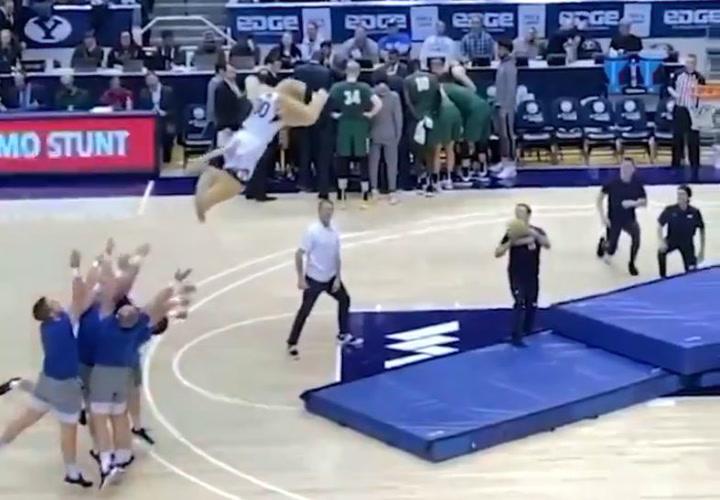 La mascota más 'voladora' del baloncesto