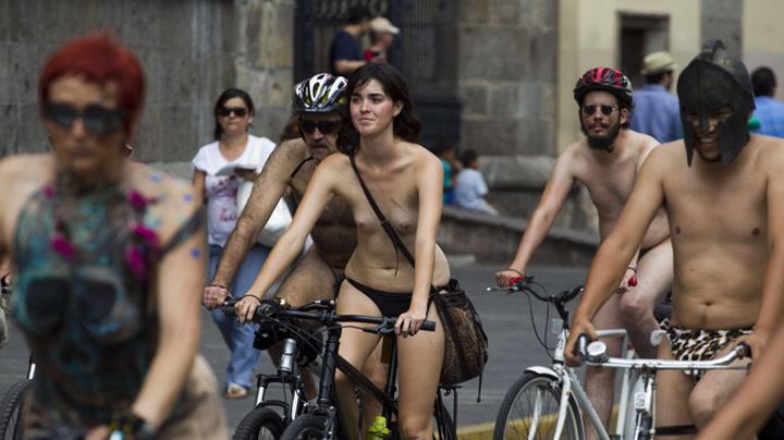 Sykler nakne gjennom byen i protest