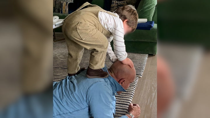 ¡Montando a caballito o jugando a los dinosaurios! Las imágenes más tiernas de Kiko Matamoros con su nieto