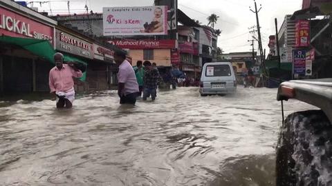 Miles de personas siguen aisladas por las inundaciones en India